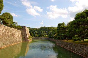 Foso y muralla exterior castillo de Nijo