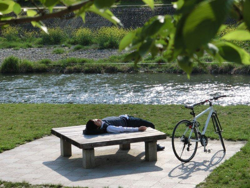 Hombre durmiendo rio Kamo