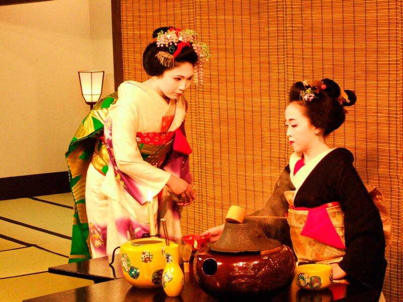 Geishas en ceremonia del té