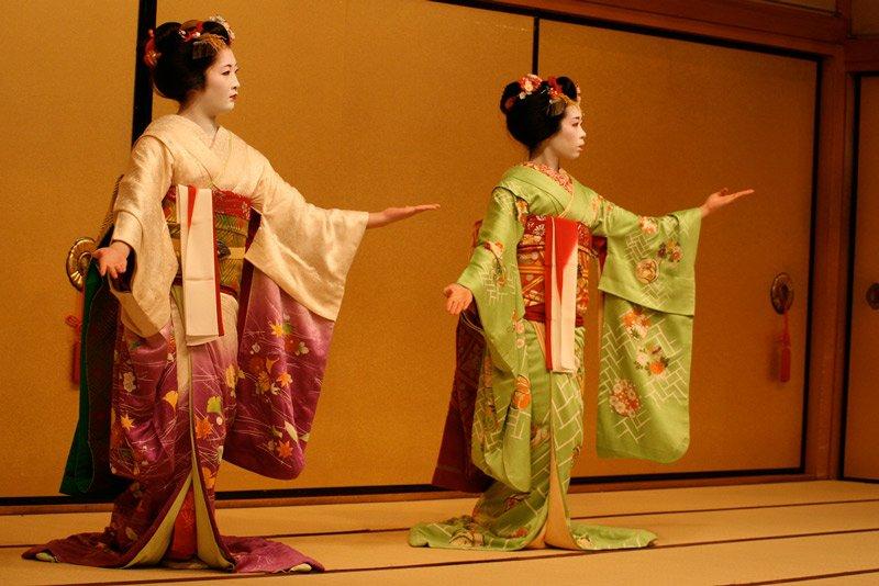 Geishas haciendo espectaculo de danza