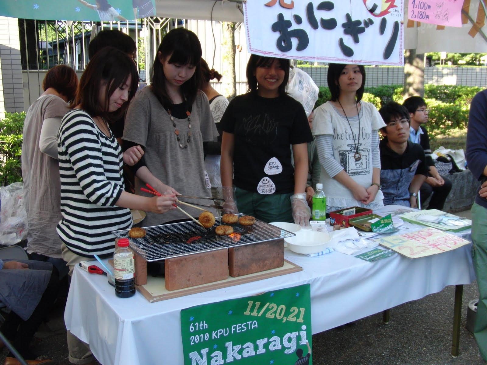 Stand de comida de estudiantes en Kioto