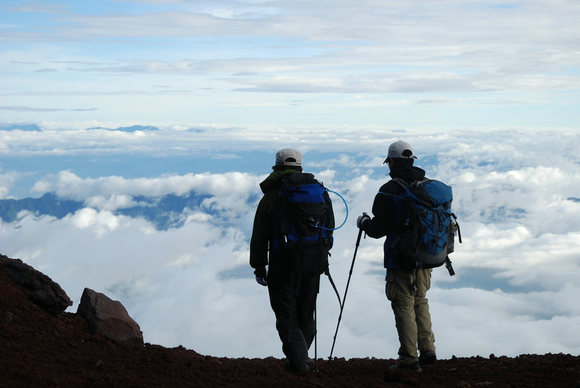 Dos viajeros realizan la subida al Monte Fuji- Descubriendo Jaoón
