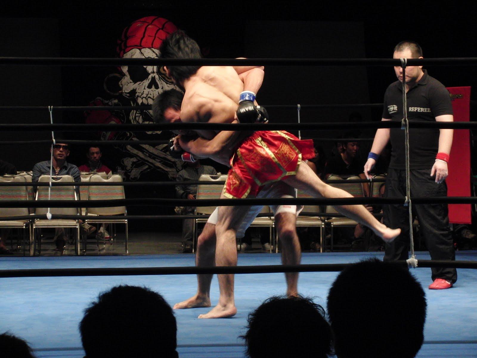 Momento del combate de kick boxing japonés
