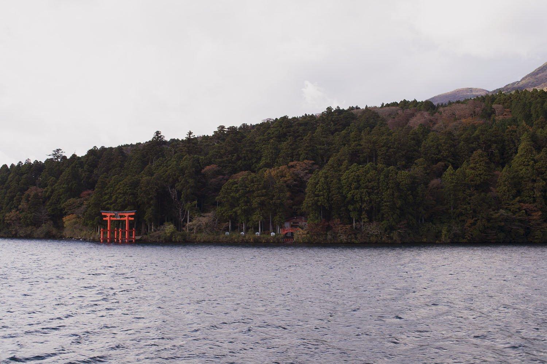 torii en el agua Hakone