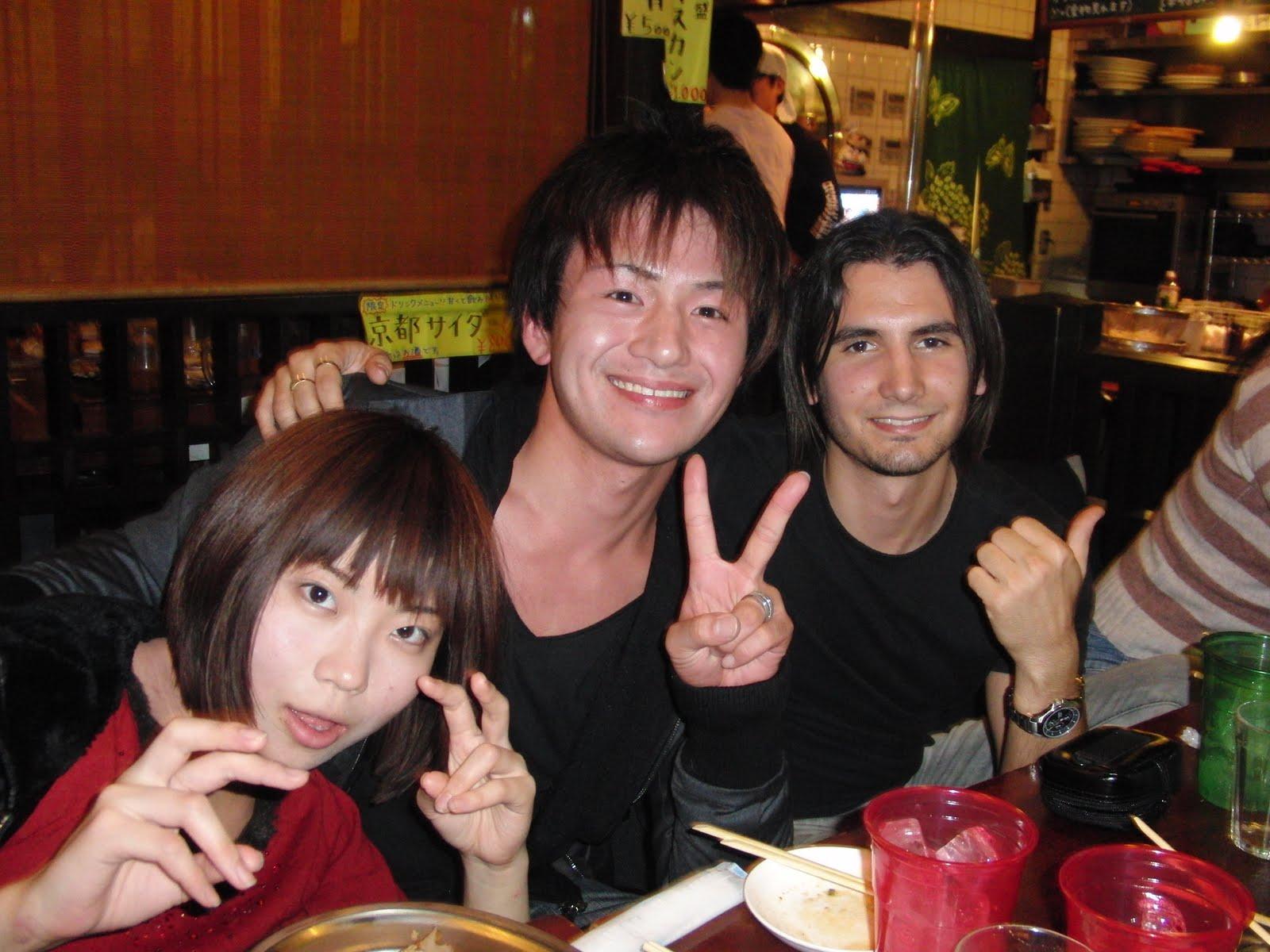 Con amigos japoneses celebrando el rompimiento de kárate