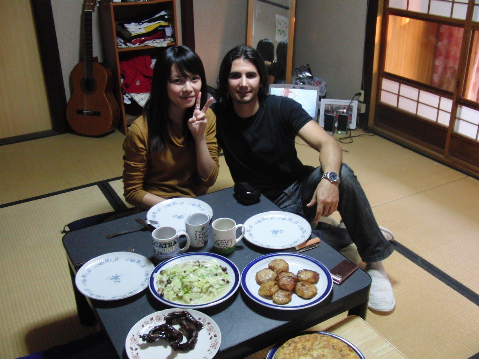 Disfrutando de una tortilla de patatas en Japón