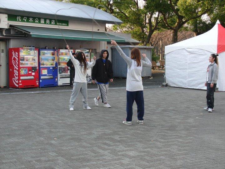 Bailan y saltan a la comba