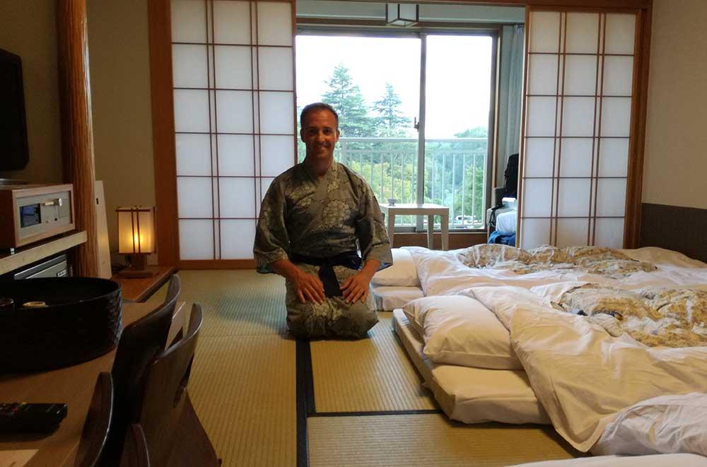 Chico con yukata en habitación tradicional japonesa