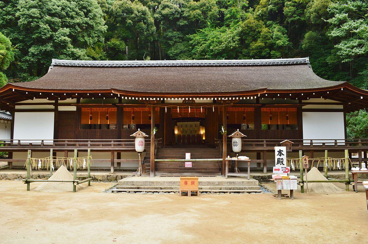 Haiden del santuario Ujigami-jinja